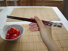 Mit Stäbchen essen - Schritt 1