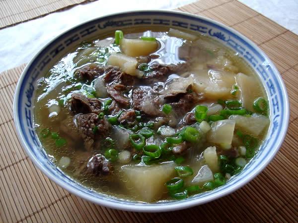 Chinesische Rindfleischsuppe mit Kohlrabi
